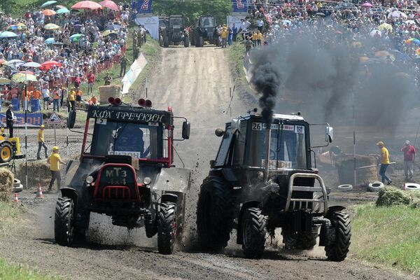 Участники соревнований во время гонки на тракторах Бизон-Трек-Шоу в Ростовской области