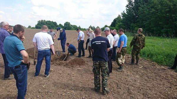 Следственные действия на месте захоронения мужчины в районе села Теньгушево
