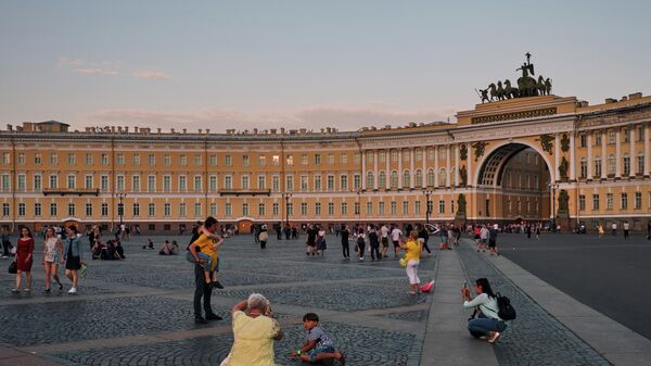 Туристы фотографируются на Дворцовой площади