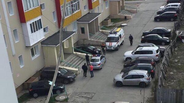 Автомобили спецслужб у дома погибшего полицейского в Ноябрьске