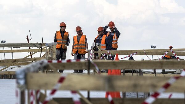 Рабочие на строительстве эстакады