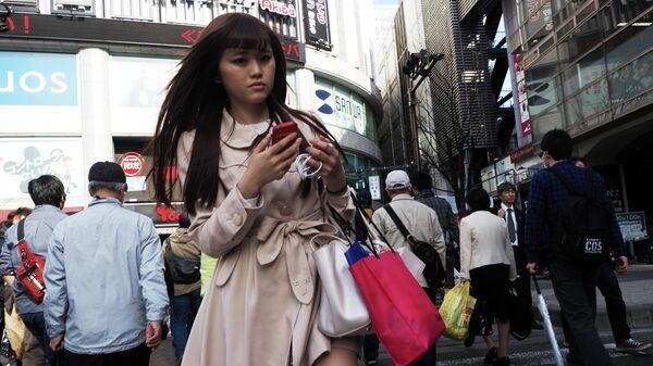 Девушка на одной из улиц города Токио