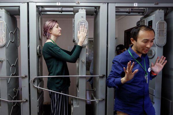 Туристы проходят через контрольно-пропускной пункт радиологического контроля после посещения Чернобыльской АЭС, Украина
