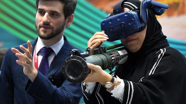 Участница Петербургского международного экономического форума 2019 тестирует шлем виртуальной реальности HTC Vive VR.