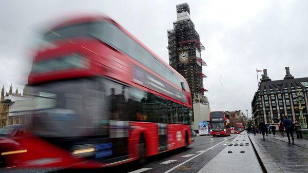 Красный автобус на Вестминстерском мосту в Лондоне