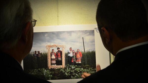 Посетители на выставке фоторабот победителей Международного конкурса фотожурналистики имени Андрея Стенина в парламенте Уругвая. 5 июня 2019