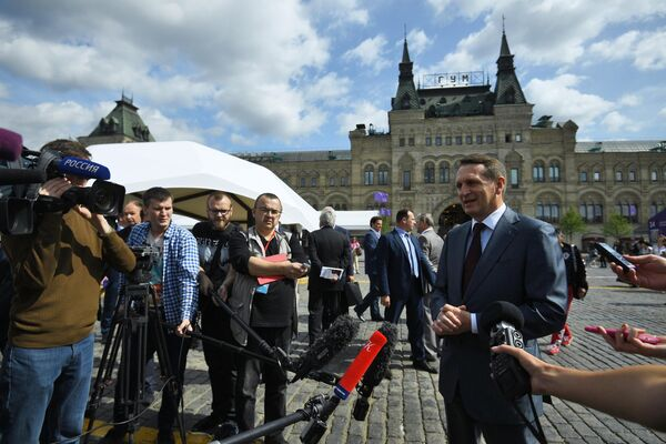 Председатель Российского исторического общества Сергей Нарышкин общается с журналистами на ежегодном российском книжном фестивале на Красной площади