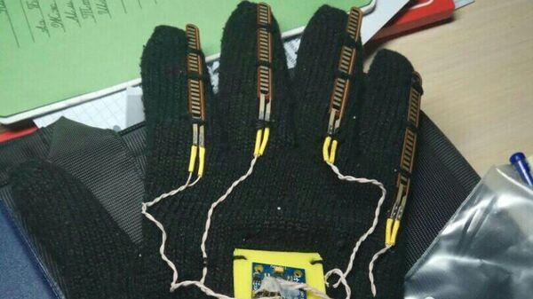 Перчатка для управления летающим беспилотником