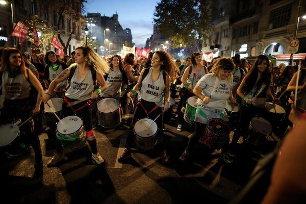 Девушки играют на барабанах во время акции протеста в Буэнос-Айресе, Аргентина