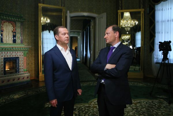 Председатель правительства РФ Дмитрий Медведев во время интервью телеведущему ВГТРК программы Вести в субботу Сергею Брилеву