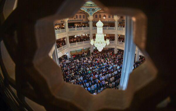 Мусульмане по время намаза в день праздника Ураза-байрам в Соборной мечети в Москве.