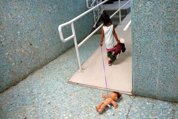 Девочка-мигрант из Центральной Америки в католическом приюте в Ларедо, штат Техас