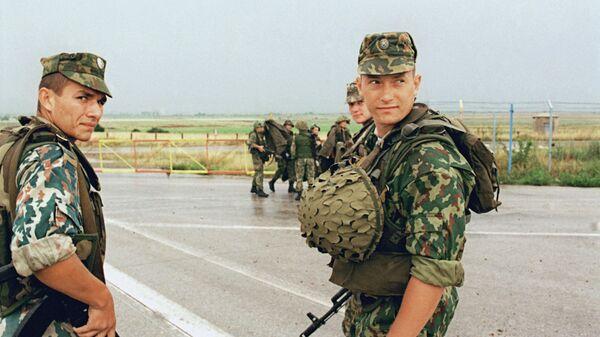 Бойцы передового отряда российских миротворческих сил на военном аэродроме Слатина вблизи Приштины. Архивное фото