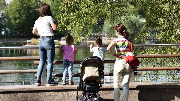 Женщины с детьми в Московском зоопарке