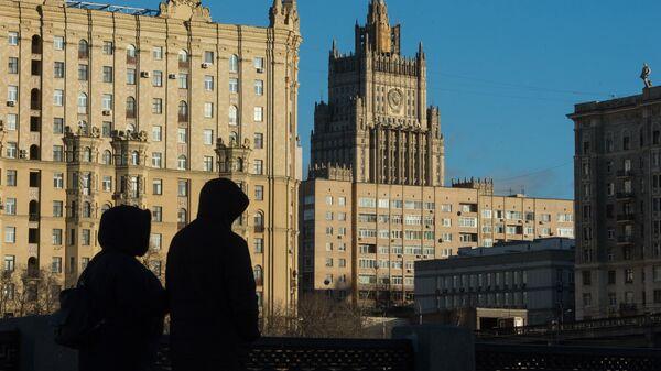 Прохожие на набережной Тараса Шевченко в Москве