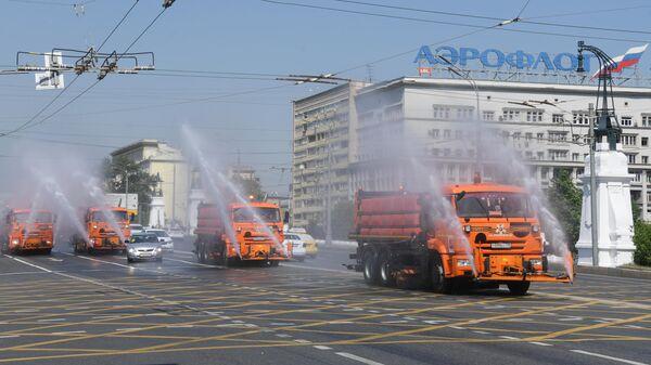 Поливальные машины на Ленинградском проспекте в Москве
