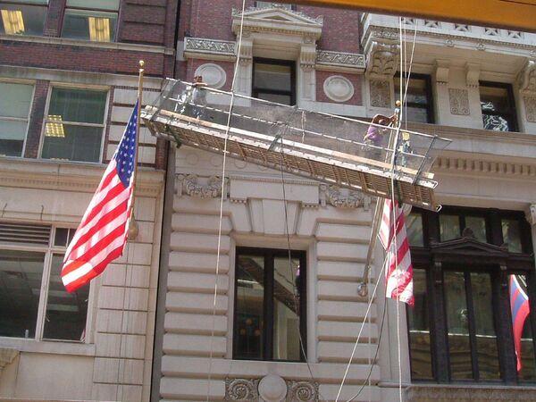 Застрявшая при мытье фасадов люлька на одном из зданий Нью-Йорка
