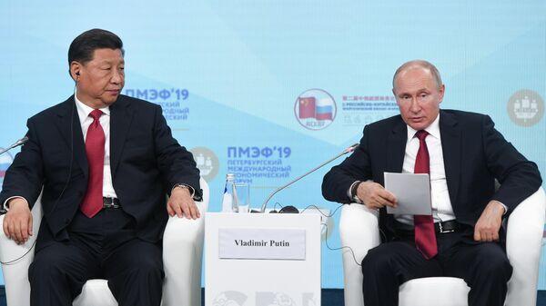 Президент РФ Владимир Путин и председатель КНР Си Цзиньпин во время встречи с участниками Российско-китайского энергетического форума на полях ПМЭФ-2019