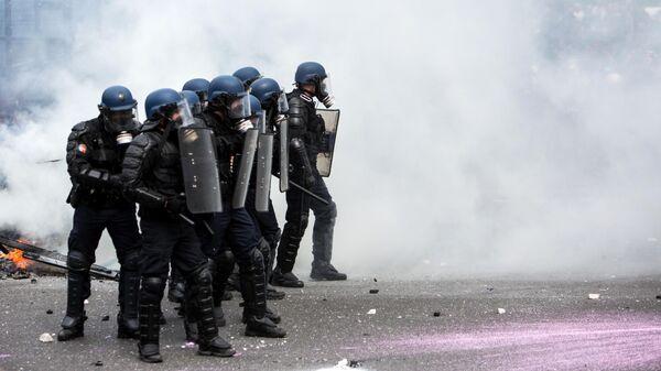 Полицейские во время акции протеста во Франции