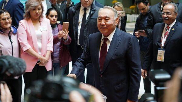 Глава Совета безопасности Казахстана и председатель правящей партии Нур Отан Нурсултан Назарбаев голосует на внеочередных выборах президента Казахстана во Дворце школьников в Нур-Султане. 9 июня 2019