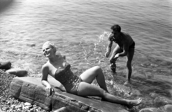 Отдыхающие на пляже города-курорта Сочи