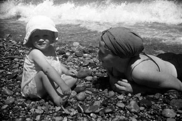 Отдых на пляже в Ялте. 1939 год