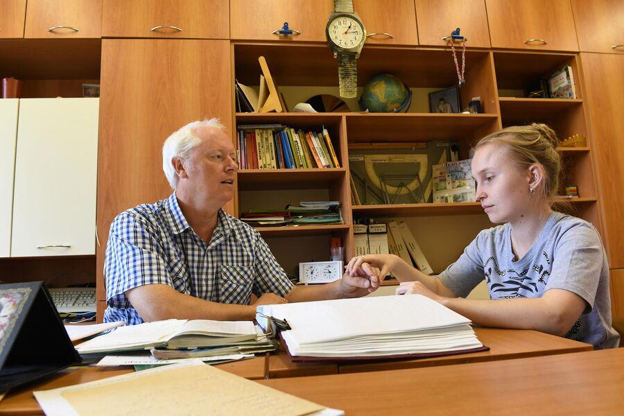 Алена Капустьян, тотально слепоглухая девушка, готовится к выпускному экзамену по математике