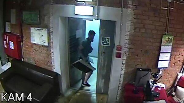 Стоп-кадр записи камеры видеонаблюдения из редакции Сноба