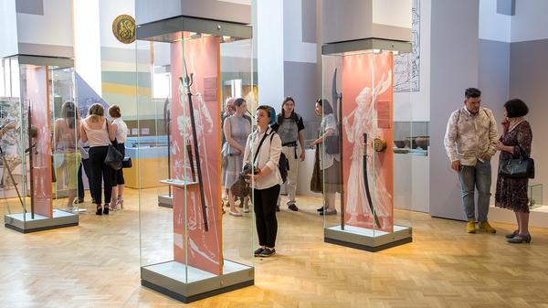 Посетители выставки 500 лет Тульскому кремлю в Государственном историческом музее
