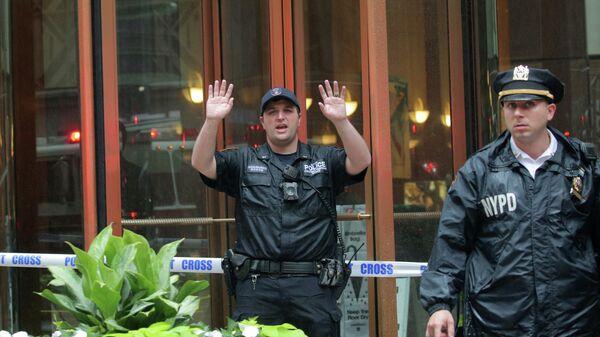 Сотрудники полиции работают возле места крушения вертолета в Нью-Йорке