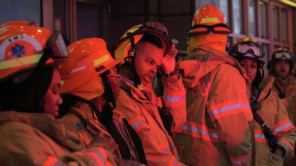 Пожарные службы работают возле места крушения вертолета в Нью-Йорке