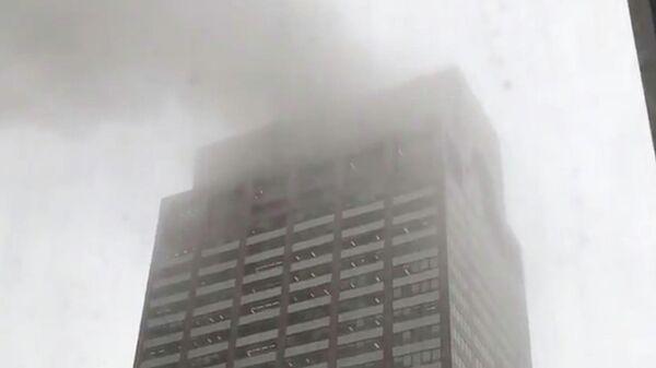 Дым в небе после столкновения вертолета со зданием в Нью-Йорке