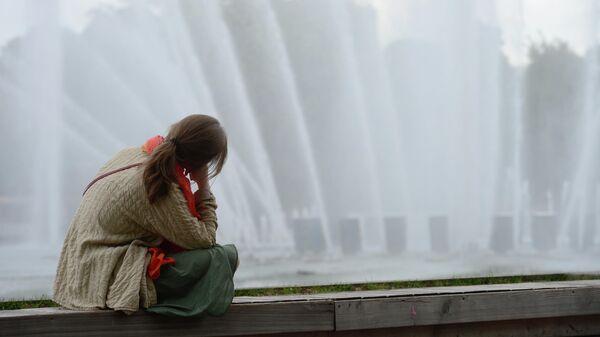 Девушка у фонтана в ЦПКиО