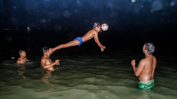 Работа фотографа Аянава Сил Решающий момент в матче по водному поло. Индия