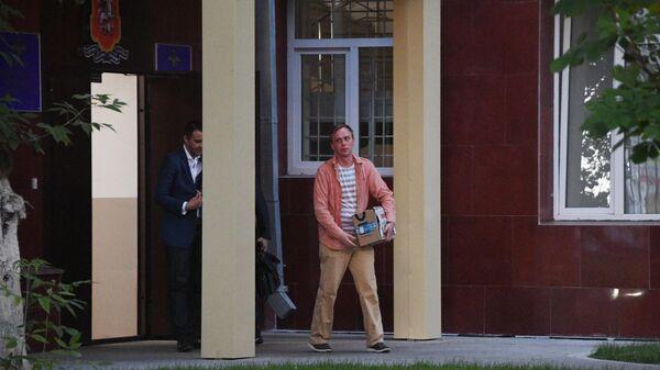 Журналист интернет-издания Медуза Иван Голунов вышел из здания Главного следственного управления ГУ МВД России по Москве. 11 июня 2019