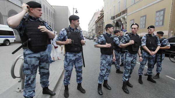 Сотрудники правоохранительных органов во время несогласованной акции в Москве. 12 июня 2019