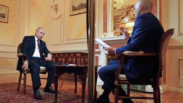 Владимир Путин во время интервью Межгосударственной телерадиокомпании Мир в преддверии визитов в Киргизию. 13 июня 2019