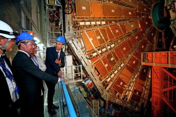 Председатель правительства РФ Дмитрий Медведев во время осмотра детектора эксперимента ATLAS Большого адронного коллайдера Европейского центра ядерных исследований (ЦЕРН) в Женеве