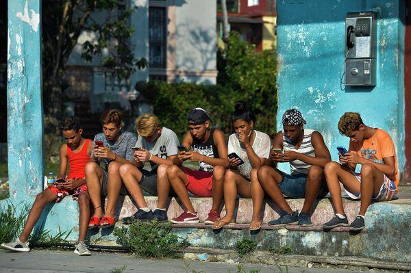 Кубинцы пользуются интернетом на одной из улиц Гаваны