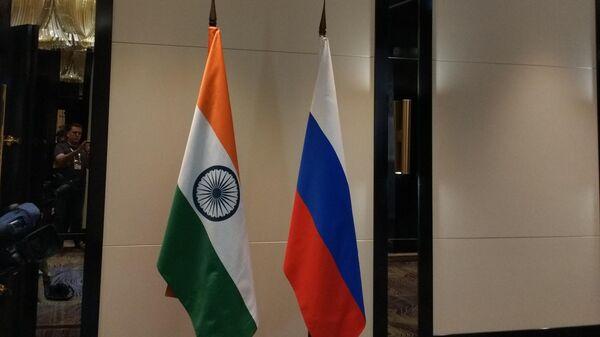 Флаги России и Индии у входа в комнату переговоров лидеров двух стран Владимира Путина и Нарендры Моди.