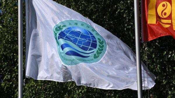 Флаг с эмблемой саммита ШОС