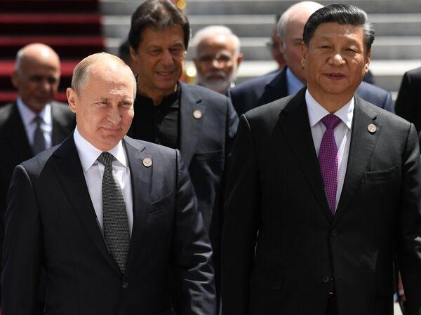 Президент РФ Владимир Путин и председатель КНР Си Цзиньпин на церемонии фотографирования глав государств - членов ШОС в Бишкеке