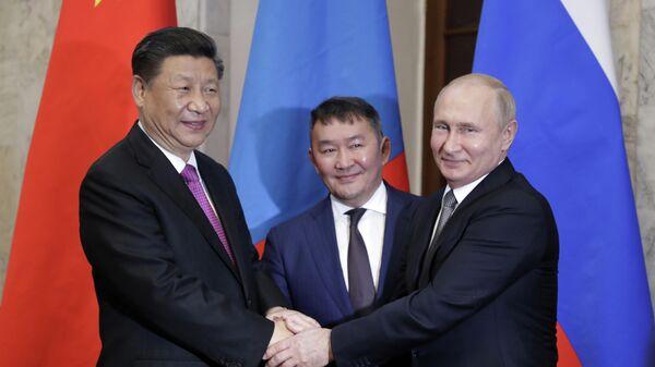 Президент РФ Владимир Путин на церемонии совместного фотографирования с председателем КНР Си Цзиньпинем и президентом Монголии Халтмаагийном Баттулгой