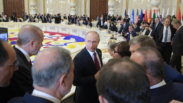 Президент РФ Владимир Путин перед началом пленарного заседания глав делегаций государств и международных организаций