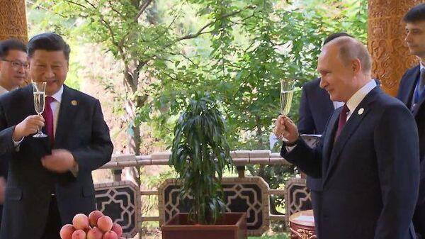 Торт, ваза, мороженое: Путин поздравил Си Цзиньпина с днем рождения