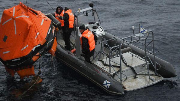 Российские моряки во время совместных российско-японских учений по поиску и спасению на море Сарекс-2019
