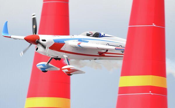 Кристиан Болтон (Чили) во время соревнований в классе Master на этапе чемпионата мира Red Bull Air Race в Казани