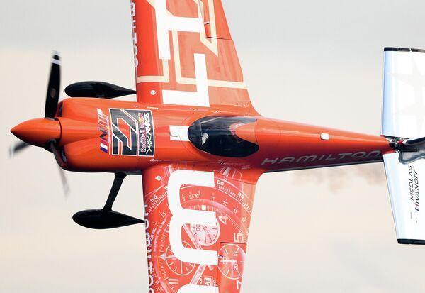 Николя Иванофф (Франция) во время соревнований в классе Master на этапе чемпионата мира Red Bull Air Race в Казани