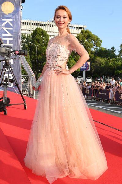 Актриса Елена Захарова на Звездной дорожке перед церемонией закрытия 30-го Открытого фестиваля российского кино Кинотавр