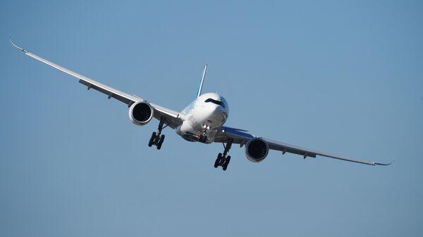 Широкофюзеляжный пассажирский самолёт фирмы Airbus A330 совершает полет на международном аэрокосмическом салоне Paris Air Show 2019 во Франции